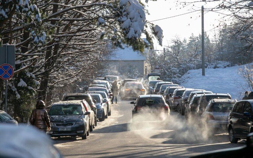 Pietvakarių ir vakarų Lietuvoje eismo sąlygas sunkina snygis