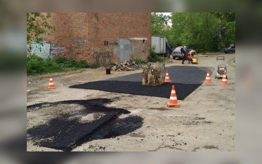 Kelią asfaltavę darbininkai paliko viduryje kelmą
