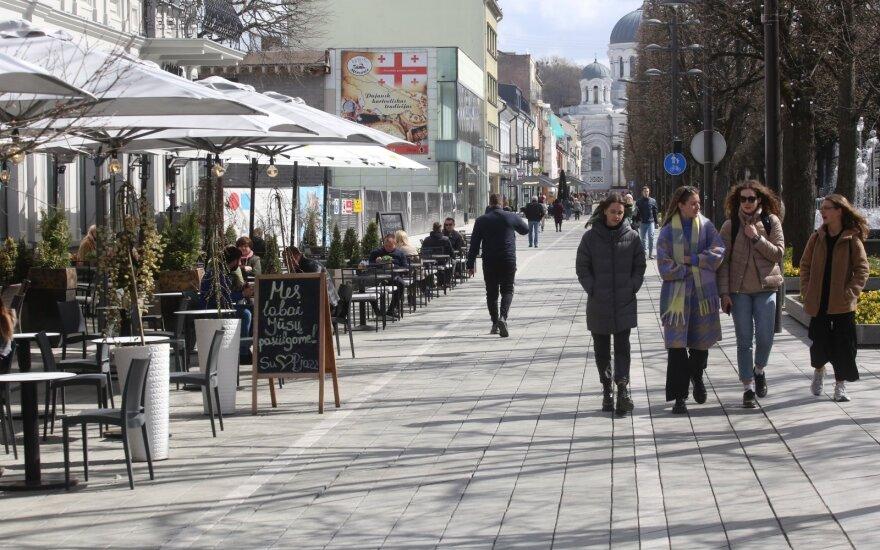 Laisvės alėja atgijo – staliukus lauke išrikiavo kavinės, barai ir restoranai