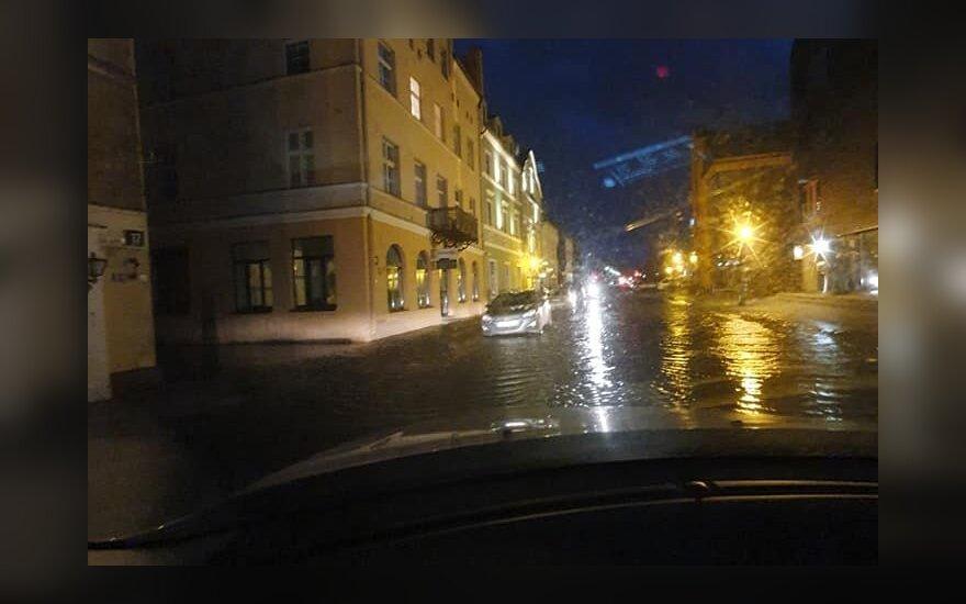 Lietuvoje siautė audra: lūžtantys medžiai užtvėrė kelius, Klaipėdoje užlietos gatvės, tūkstančiai liko be elektros