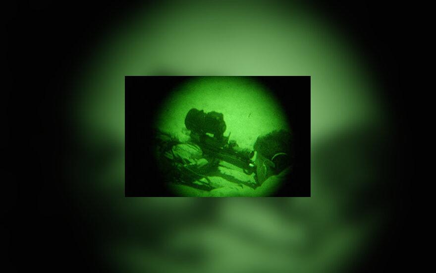 JAV kariškis taikosi per naktinio matymo taikiklį
