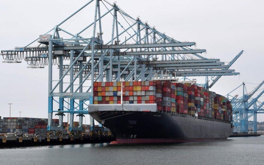 Kinijos tūpsnis Trumpui: netaikys importo muitų 16 kategorijų gaminiams iš JAV
