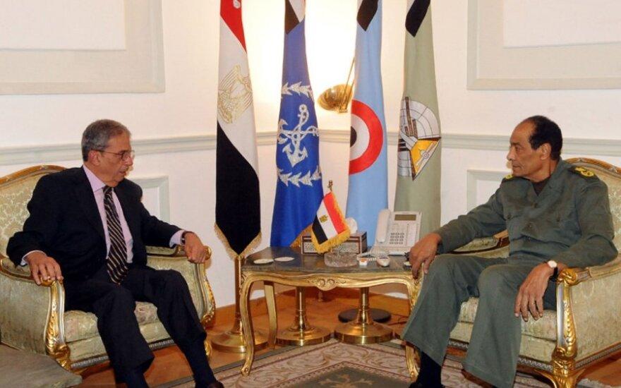 Amr Mussa (kairėje) ir Ginkluotųjų pajėgų Aukščiausiosios Tarybos vadovas feldmaršalas Husseinas Tantawi