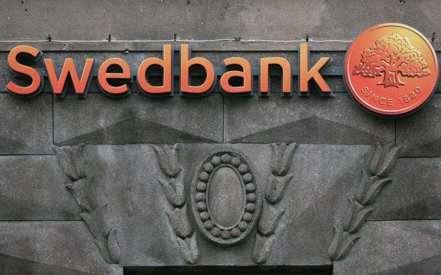 """""""Swedbank"""" skelbia pinigų plovimo audito išvadas – įtartinų klientų sąskaitos uždarytos"""
