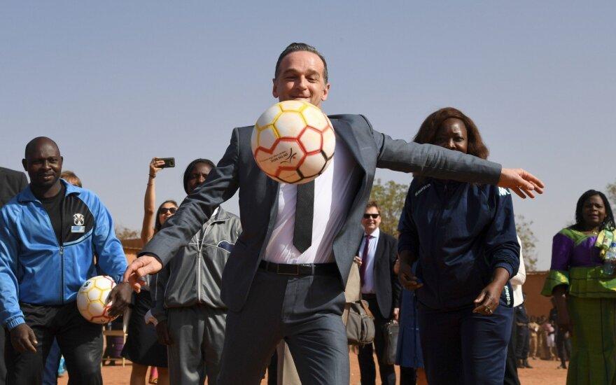 Heiko Maasas Malio sostinėje Vagadugu spardo futbolo kamuolį