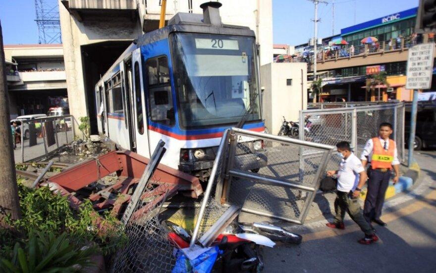 Filipinuose priemiestinis traukinys nuriedėjo nuo bėgių