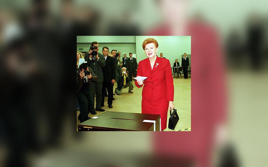 Latvijos prezidentė Vaira-Vykė Freiberga balsuoja euroreferendume