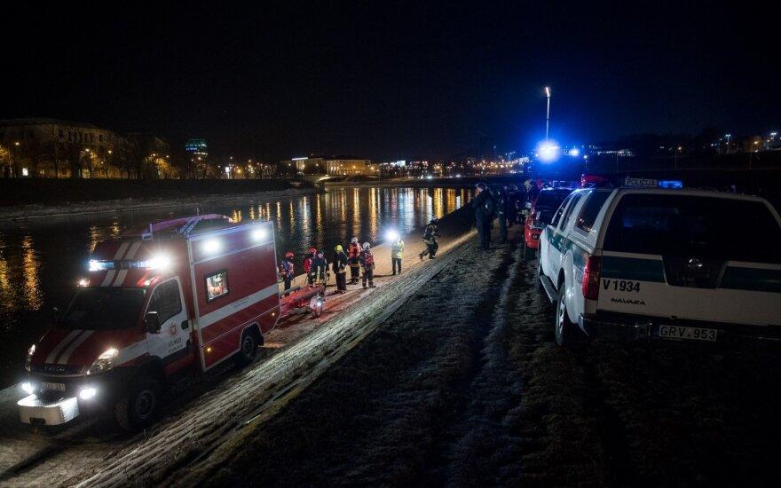 Vilniaus centre į Nerį nuriedėjo ir dingo automobilis – manoma, kad jį nunešė srovė