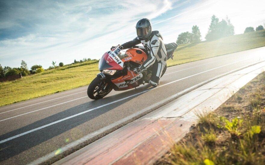 Kas geriau guldo motociklą, aiškinsis čempionate kartodromuose