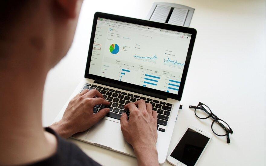 """Interneto sukčiai """"žvejoja"""" įmonių darbuotojus perveda ir šešiaženkles sumas"""