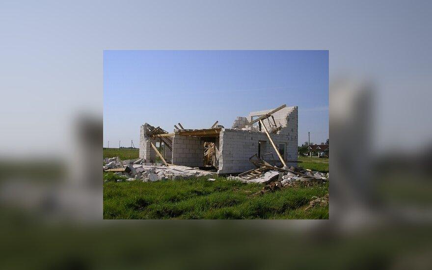 Kas sugriovė namą: statybininkų aplaidumas ar vėtra?