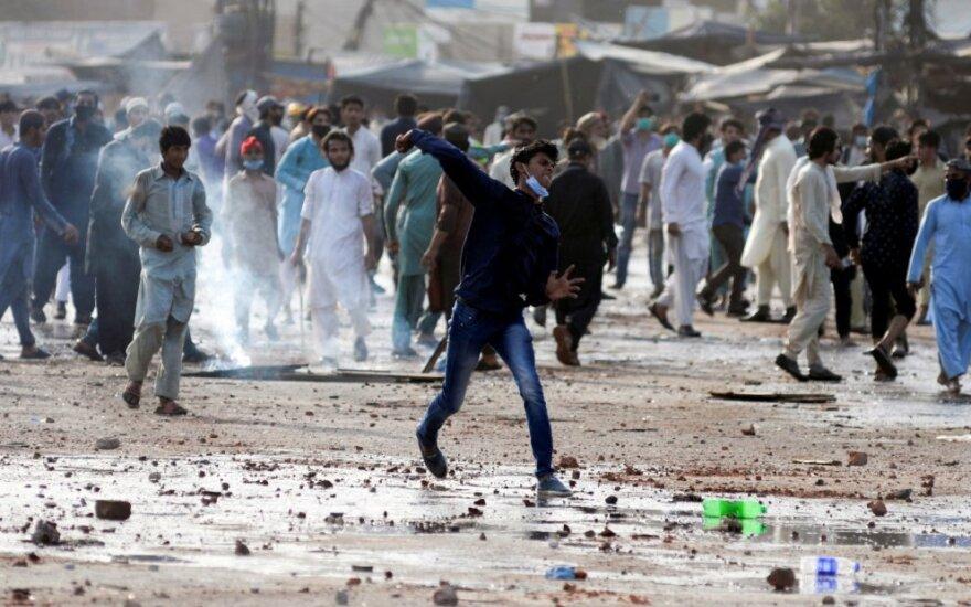 Pakistanas po smurtinių protestų laikinai blokavo socialinę žiniasklaidą