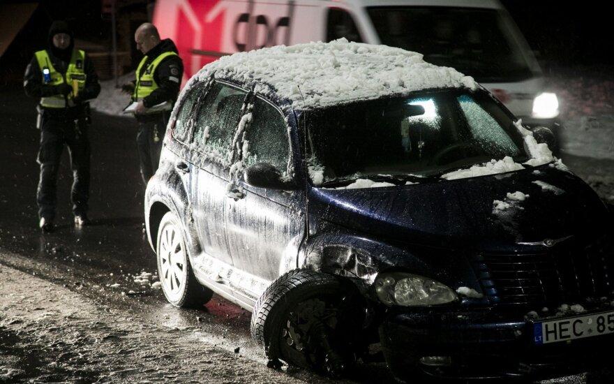 """Girto vairuotojo """"Chrysler"""" rėžėsi į stovintį """"Renault"""", o šis partrenkė moterį"""