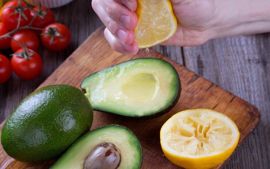 Paprasti triukai virtuvėje: kur galima naudoti foliją ir ką daryti, kad vaisiai nepajuoduotų