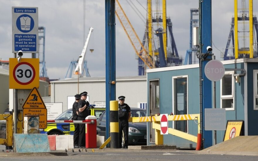 Britanijoje laivo konteineryje rasti 35 žmonės, vienas vyras mirė