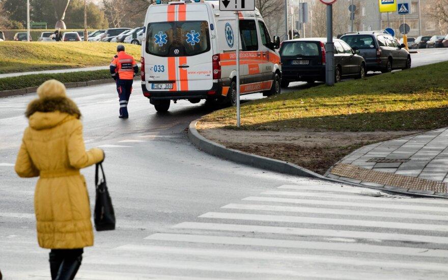 Vilniuje automobilio partrenkta moteris neteko sąmonės