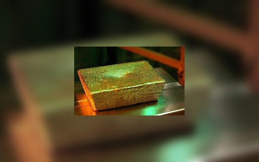 Aukso kaina smuko, nerimas dėl prekybos karo slūgsta