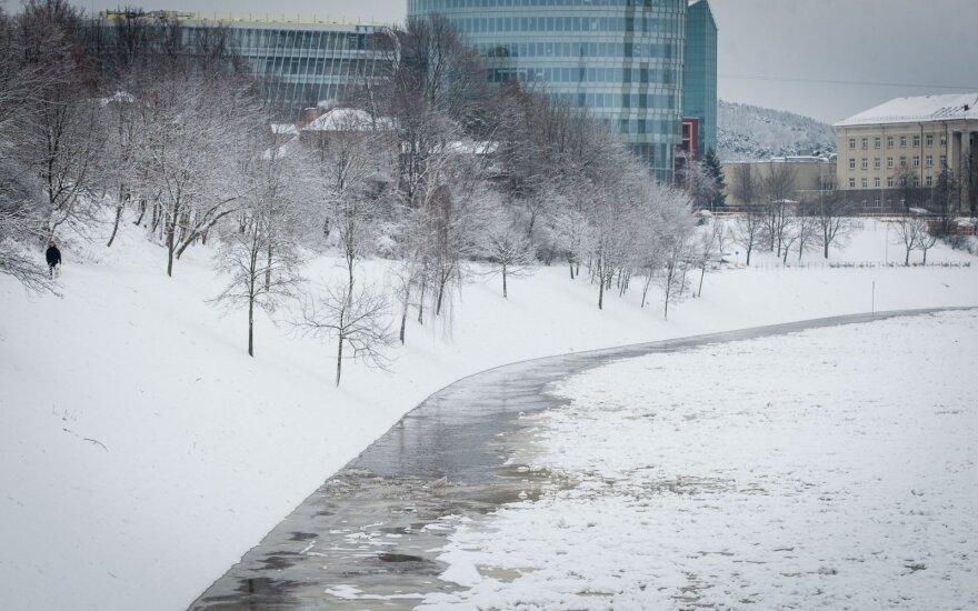 Vilnietė perspėja: šiurpina per Neries ledą vaikštantys vaikai