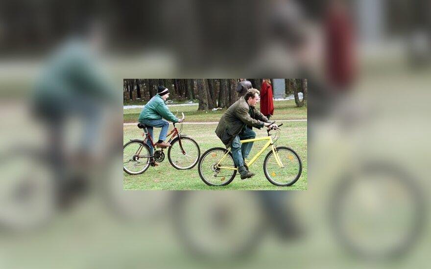 Parkas žmonės dviračiai