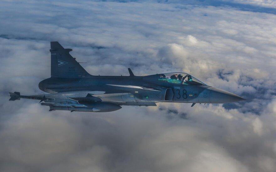 NATO naikintuvai keturis kartus kilo palydėti Rusijos orlaivių