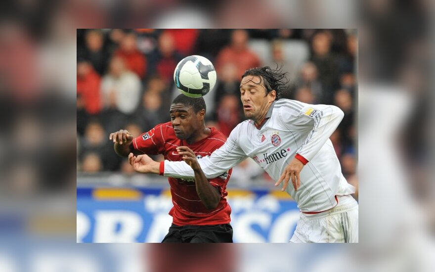 """Cedricas Makiadi (""""Freiburg"""", kairėje) kovoja su Luca Toni (""""Bayern"""")"""