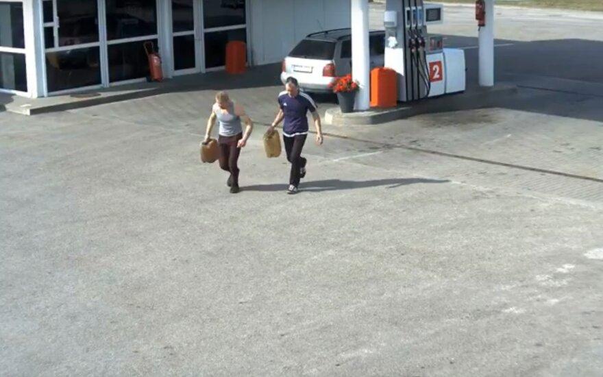 Vaizdo kameros užfiksavo kvailą vyrų poelgį: iš degalinės pavogė kelis bakus benzino