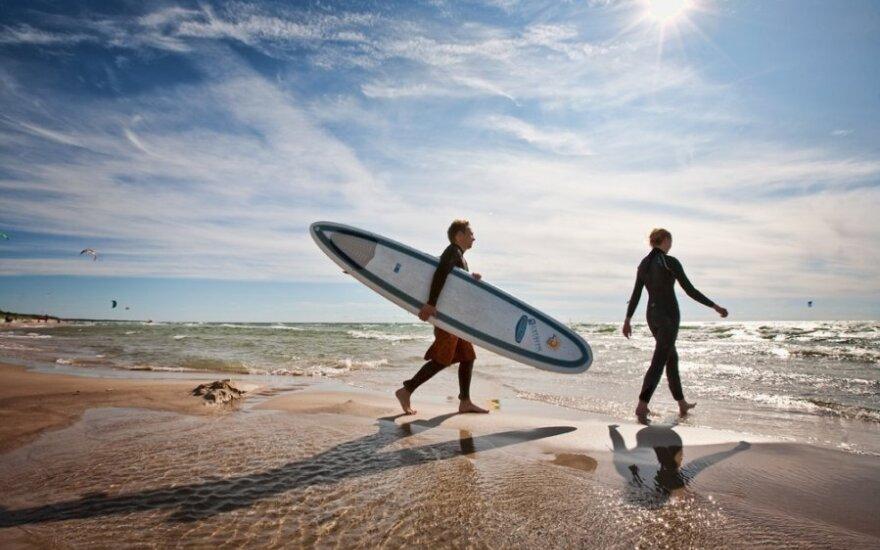 """Palydint vasarą """"Surf Camp"""" kviečia į bangų medžioklę"""