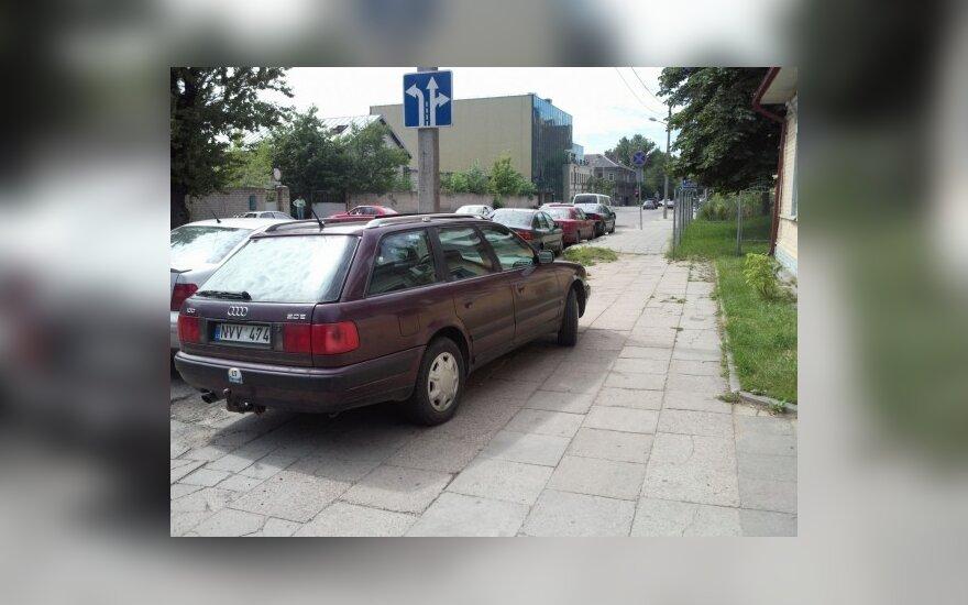 Audi ant šaligatvio. Skaitytojo Andriaus nuotr.