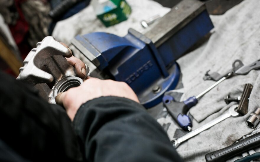 Kaip karantino metu elgtis autoservisams: kokių priemonių reikia darbui