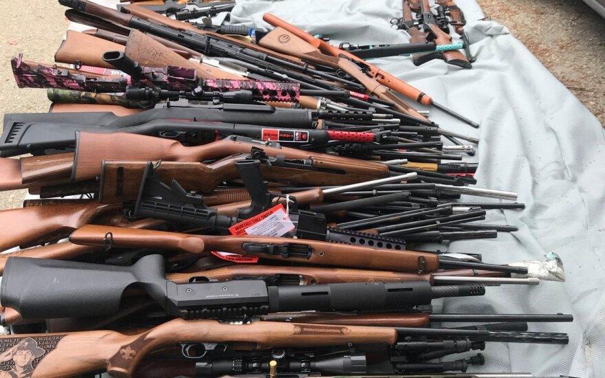 Los Andžele per reidą prabangioje viloje konfiskuota per tūkstantį ginklų