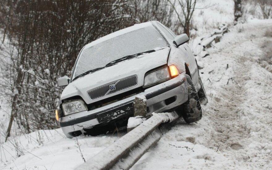 """Nuo kelio nuvažiavęs """"Volvo"""" atsidūrė ant šalikelės atitvaro"""