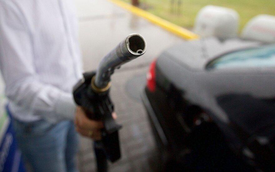 Bloga žinia vairuotojams: brangsta nafta, kiti eilėje - degalai