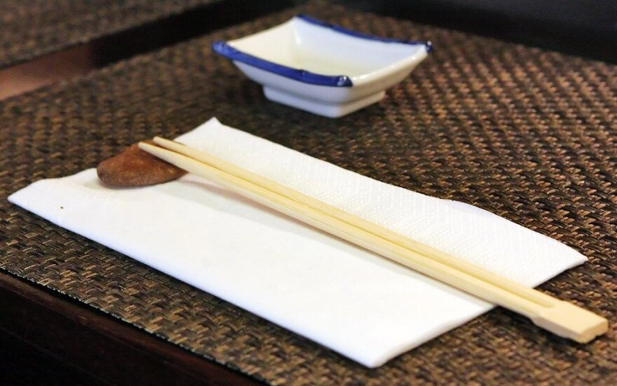 Valgymo lazdelės ne tik sušiams valgyti: kur jas dar galima panaudoti namuose