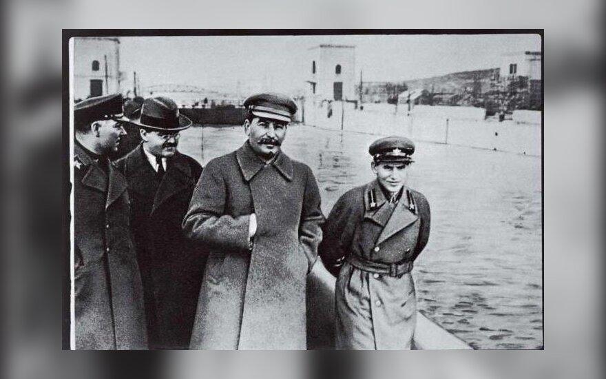 Stalinas (viduryje) ir Nikolajus Ježovas (dešinėje)