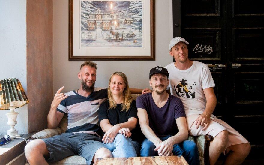 Kasparas, Mindaugas ir Paulius Ramonai su verslo partnere Vaida Gruštaite