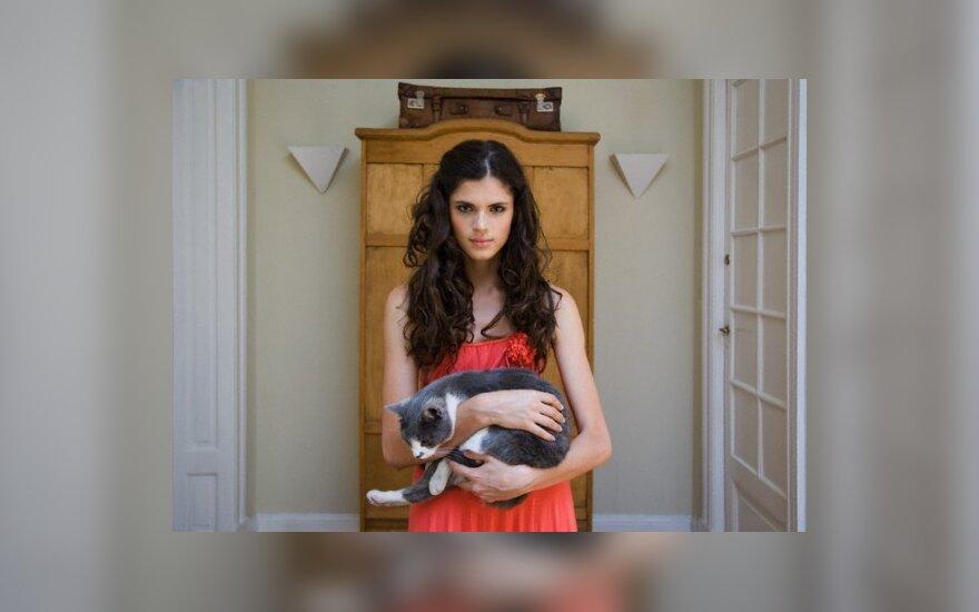 Mergina su kačiuku