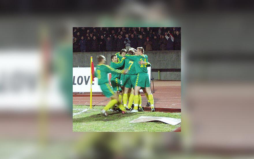Lietuvos futbolininkai švenčia įvartį