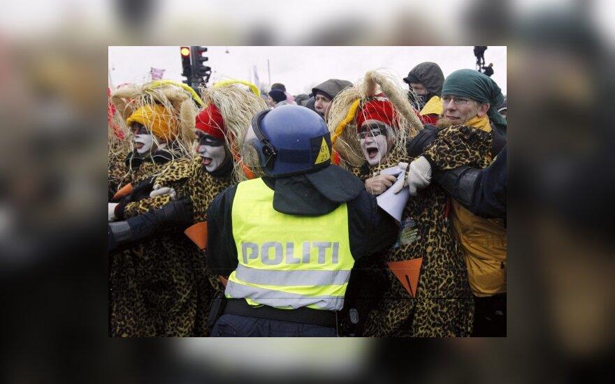 Kopenhagoje policija sustabdė protestuotojus, žygiavusius į klimato derybas.
