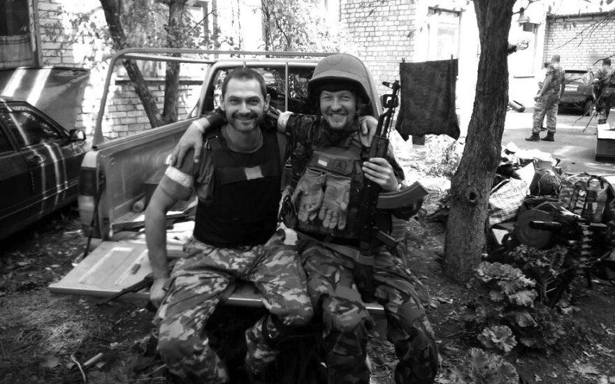 Knygos autorius Romanas Zinenka kartu su bičiuliu vidiniame Ilovaisko vaikų darželio kieme.