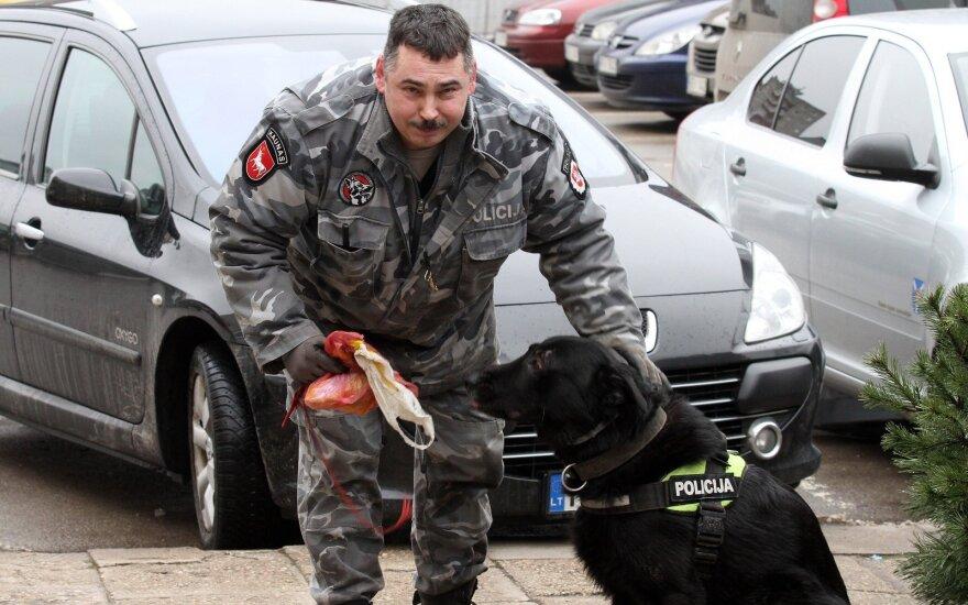 Kaune antrankiais surakintas vyras paspruko nuo pareigūnų