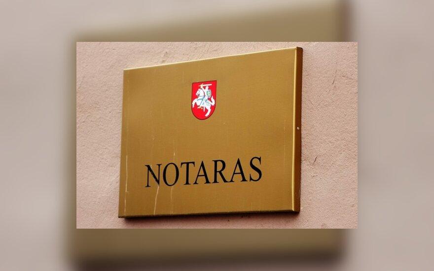 Girtas prie vairo įkliuvęs notaras aiškinsis ministrui