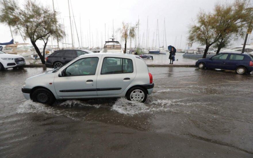 Staigus potvynis užklupo Prancūzijos Sent-Tropezo uostamiestį