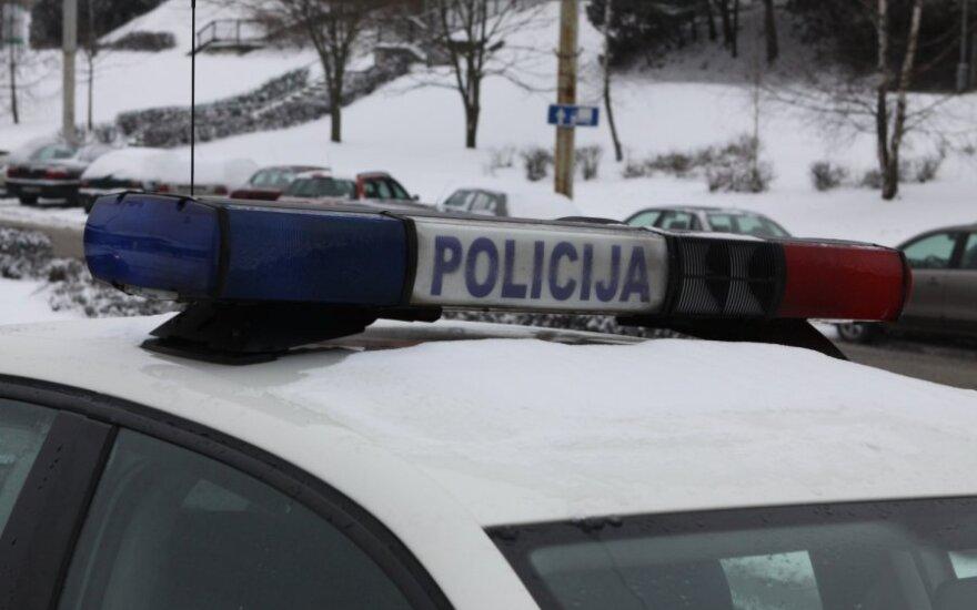 Visiškai girta vairuotoja policininkus gundė pinigais, dovanomis ir nuolaida kvepalams
