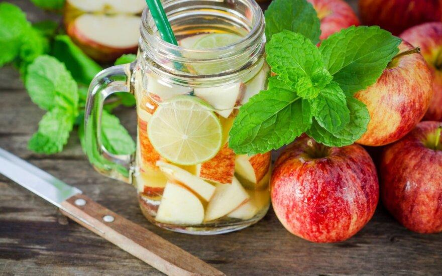 Vanduo su citrina ir obuoliais
