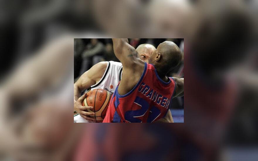 """Krepšininkas Saulius Štombergas (Turkijos """"Ulker"""") kovoja dėl kamuolio su Antonio Grangeriu (Maskvos CSKA)."""