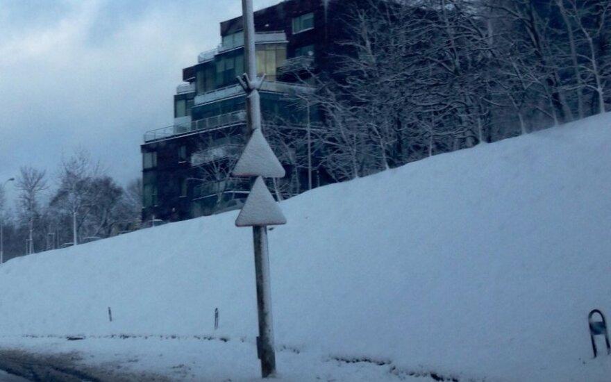 """Sniego išdaigos: Vilniuje """"dingo"""" kelių eismo taisyklės"""