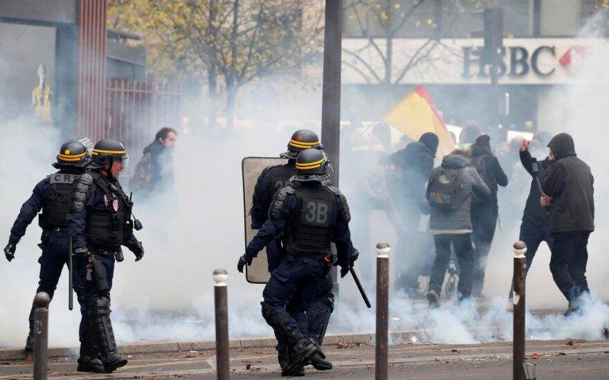 """""""Geltonosioms liemenėms"""" minint judėjimo metines, Paryžiuje sulaikyta per 20 žmonių"""