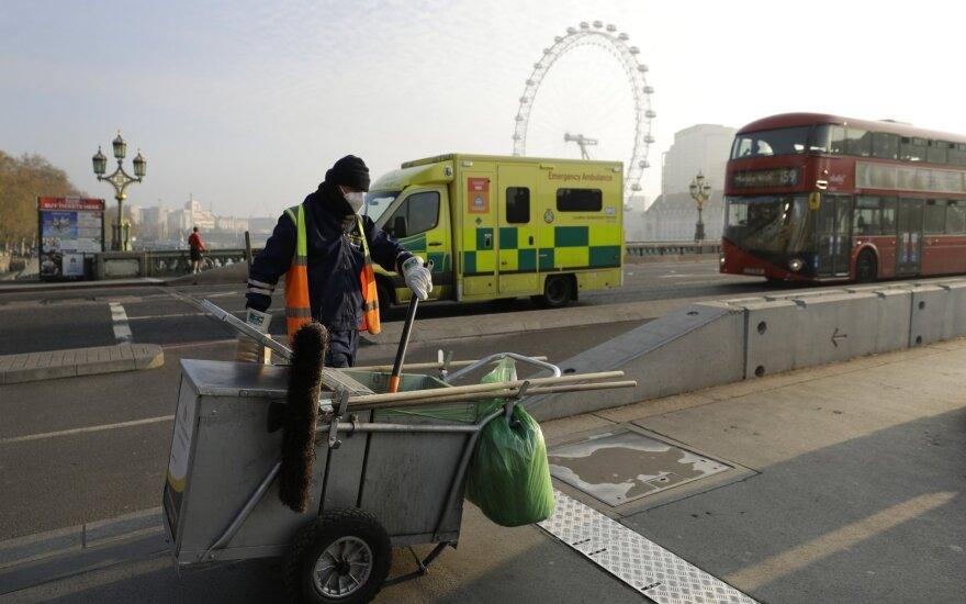 Londone imamasi papildomų apsaugos priemonių autobusuose, nuo COVID-19 mirus 20 vairuotojų
