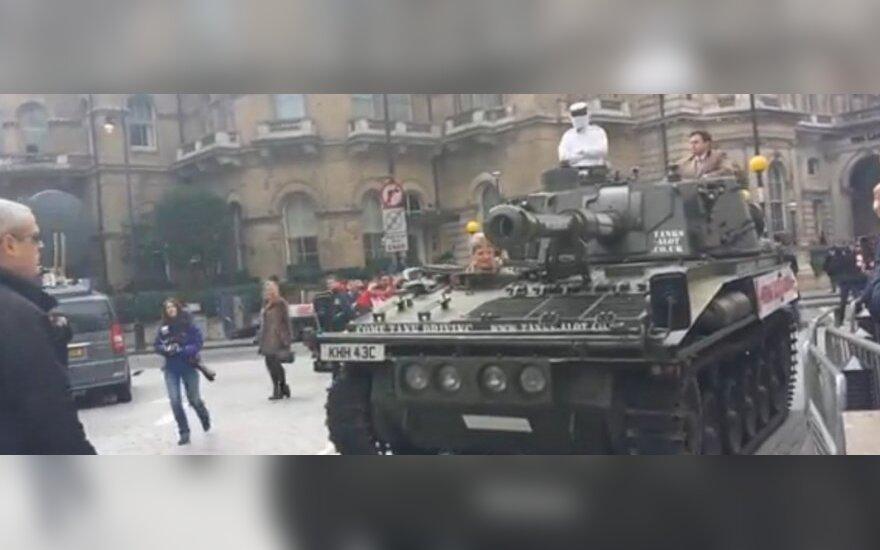 Tankas, atvežęs peticiją