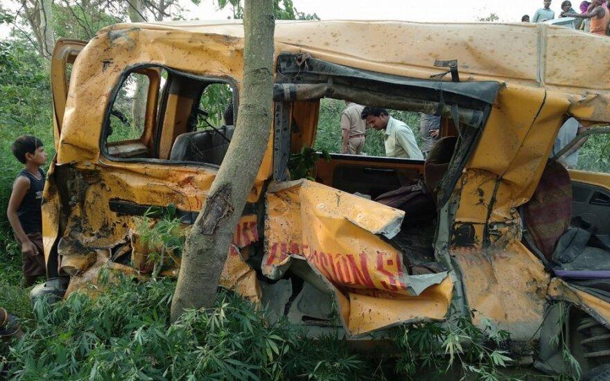 13 vaikų žuvo per tragišką avariją Indijoje